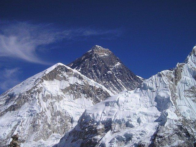 Il monte Everest cresce di quasi un metro raggiungendo una nuova altezza
